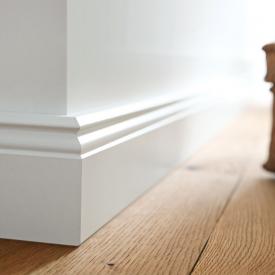 Magas fehér szegélyléc padlóburkolatokhoz
